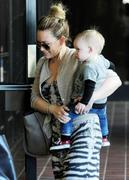 http://img284.imagevenue.com/loc511/th_869163406_Hilary_Duff_takes_her_son_to_Babies_First_Class14_122_511lo.jpg